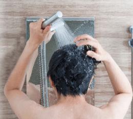 ぬるま湯で洗う
